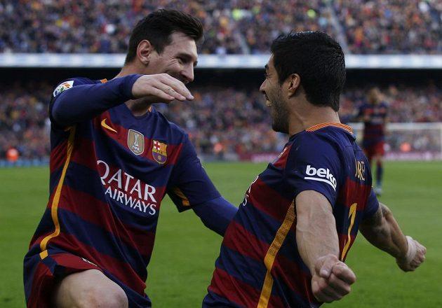 Barcelonský útočník Luis Suárez (vpravo) slaví se spoluhráčem Lionelem Messim gól proti Atlétiku Madrid.