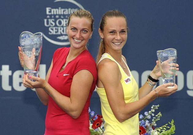 Vítězka turnaje v New Havenu Petra Kvitová (vlevo) s trofejí. Vpravo poražená finalistka Magdaléna Rybáriková ze Slovenska.