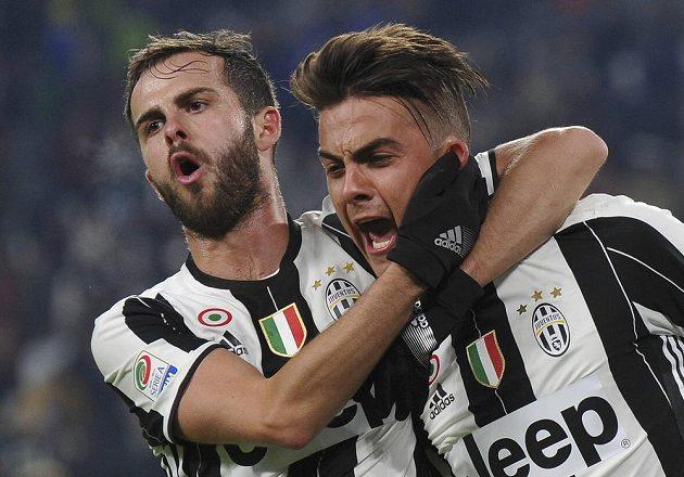 Hráči Juventusu Paulo Dybala a Miralem Pjanič oslavují gól v utkání proti Boloni.