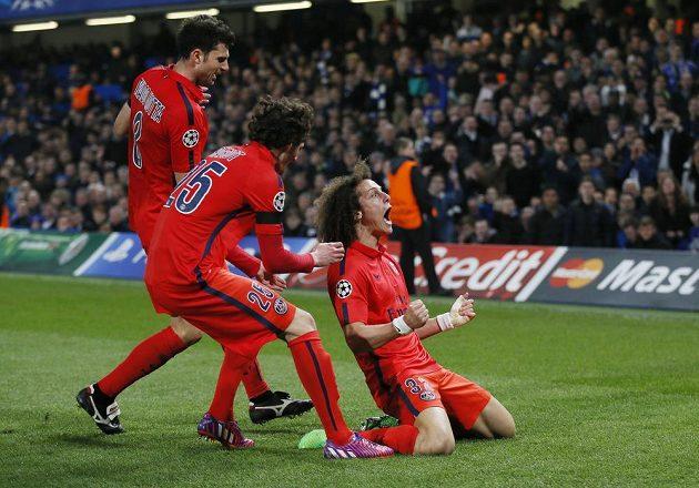 David Luiz (vpravo) oslavuje se spoluhráči z Paris St. Germain vyrovnávací gól v duelu s Chelsea.
