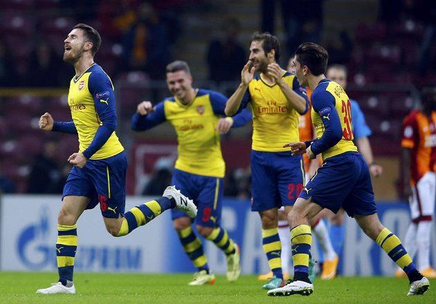 Aaron Ramsey (vlevo) z Arsenalu oslavuje se spoluhráči gól proti Galatasarayi v závěrečném kole skupin Ligy mistrů.