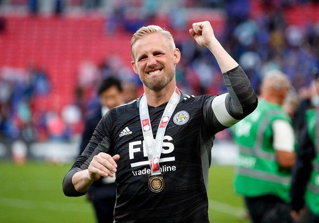 Brankář Leicesteru City Kasper Schmeichel slaví po vítězství v anglickém Superpoháru.