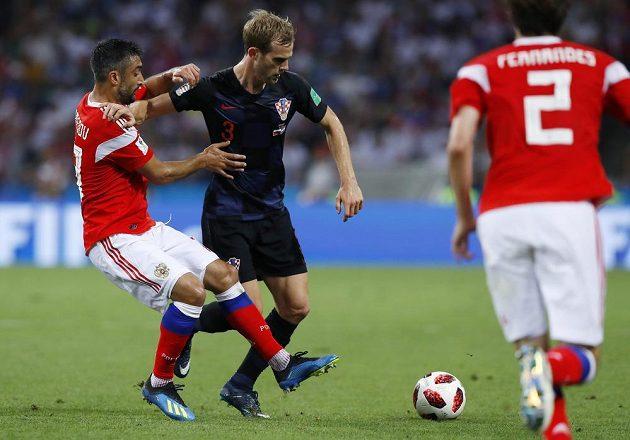 Chorvatský bek Ivan Strinič odstrkává napadajícího Rusa Aleksandra Samedova.