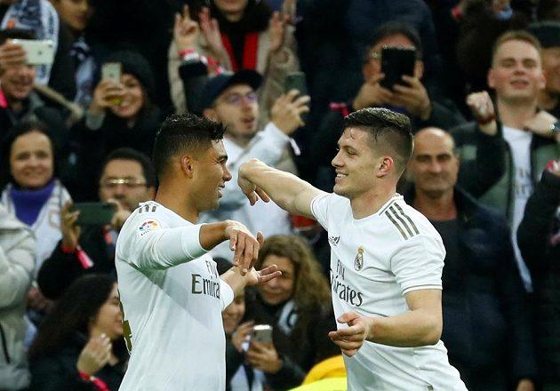 Fotbalisté Realu Madrid slaví. Casemiro vstřelil gól do sítě Sevilly a z trefy se těší s Lukou Jovičem.