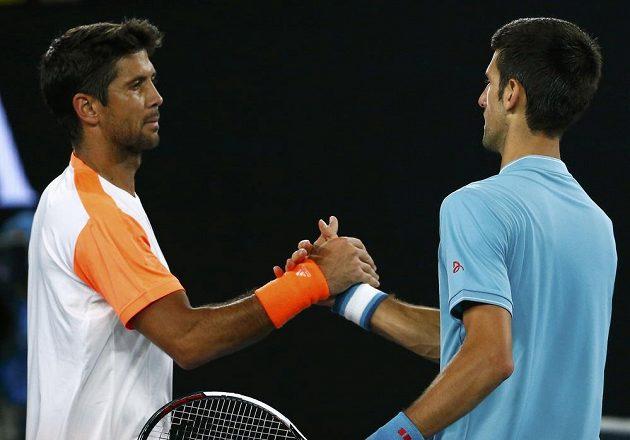 Fernando Verdasco (vlevo) gratuluje Novaku Djokovičovi k vítězství.