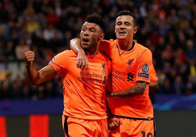 Alex Oxlade-Chamberlain (vlevo) oslavuje se spoluhráčem Philippem Coutinhem z Liverpoolu šestý gól v síti Mariboru.