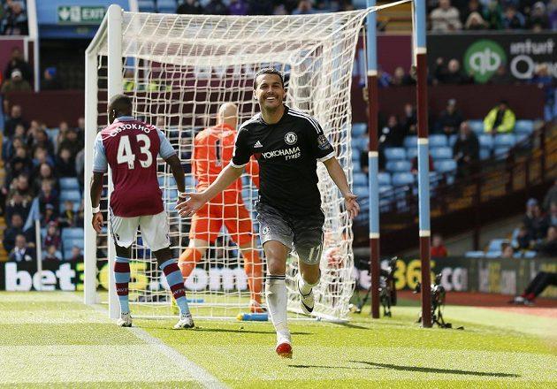 Pedro oslavuje vstřelenou branku do sítě Aston Villy.