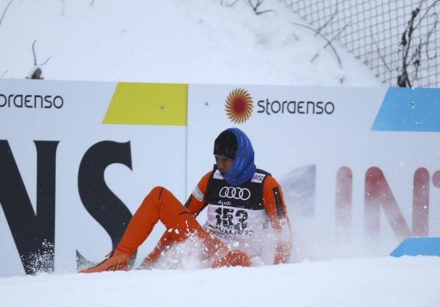 Jeden z pádů Adriana Solana v kvalifikaci sprintu.