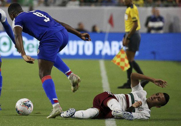Útočník Haiti Duckens Nazon (9) obchází mexického záložníka Roberta Alvarada v utkání Gold Cupu.