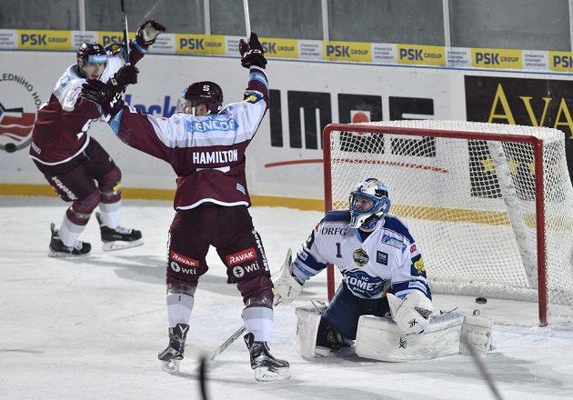 Útočníci Sparty Lukáš Klimek (vlevo) a Curtis Hamilton se radují z gólu. V brance Komety je Marek Čiliak.