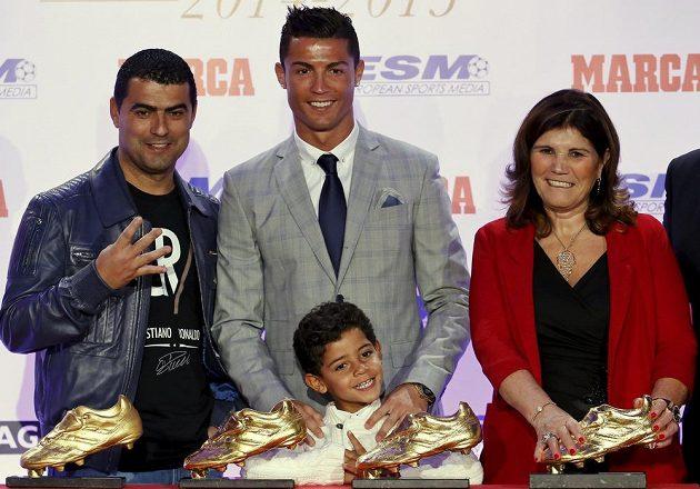 Cristiano Ronaldo z Realu Madrid při předání Zlaté kopačky za sezónu 2014/15, vpravo jeho matka Dolores Aveiro, před ním syn Cristiano Ronaldo Jr. a nechybí ani jeho bratr Hugo.