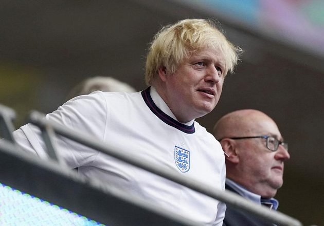 Britský premiér Boris Johnson s manželkou Carrie při finále ME ve Wembley.