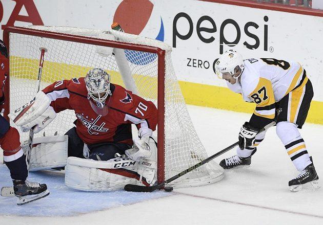 Hvězdný útočník Pittsburghu Penguins Sidney Crosby (87) zkouší vyzrát v utkání NHL na brankáře Washingtonu Capitals Bradena Holtbyho. Úspěšný tentokrát nebyl.