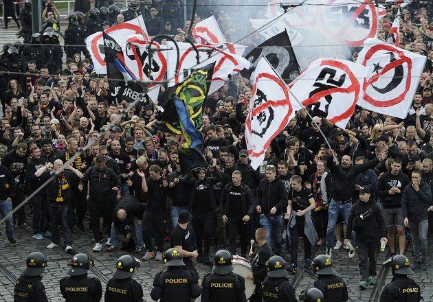 Fanoušci fotbalové Sparty z Letné do Vršovic na prvoligové derby se Slavií. Na snímku procházejí ulicí Badeniho..