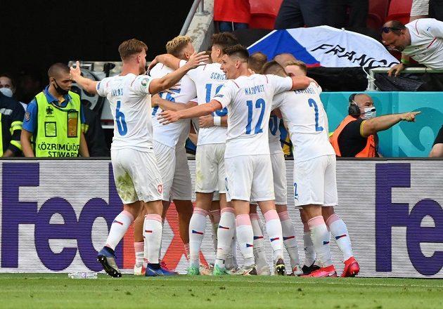 Česká radost. Tomáš Holeš slaví se spoluhráči gól, který vstřelil v osmifinále EURO do sítě Nizozemska.