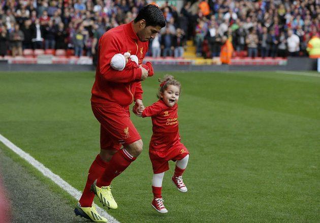 Fotbalista Liverpoolu Luis Suárez nastupuje na trávník se svými dětmi dcerou Delfinou a synem Benjaminem.