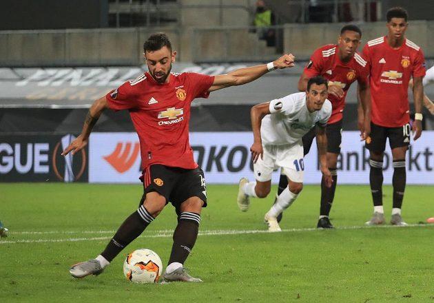 Bruno Fernandes z Manchesteru United proměňuje penaltu proti FC Kodaň.