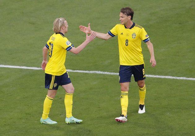 Švédská radost na EURO. Emil Forsberg přijímá gratulaci poté, co vstřelil gól do sítě Polska.