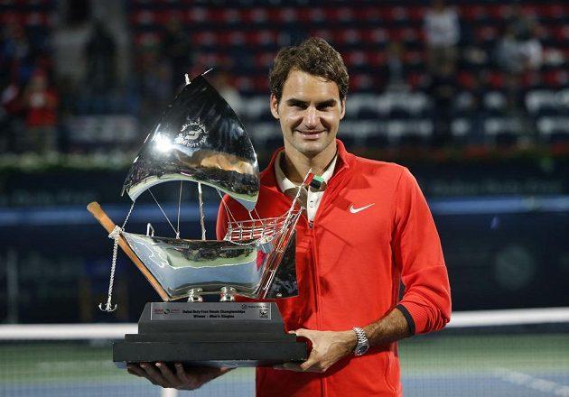 Roger Federer s vítěznou trofejí na turnaji v Dubaji.