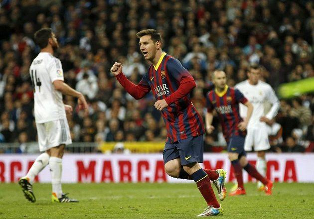 Kanonýr Barcelony Lionel Messi oslavuje proměněnou penaltu na hřišti Realu Madrid.