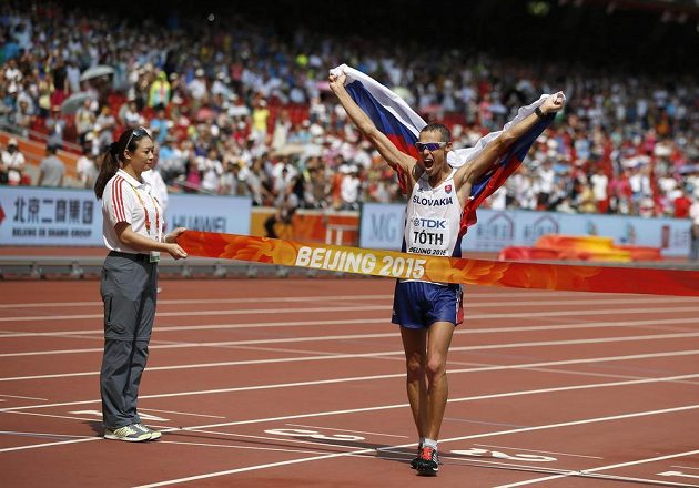Slovenský atlet Matej Toth se raduje v cíli chodecké padesátky na mistrovství světa v Pekingu, kde vybojoval první historické zlato pro svou vlast.