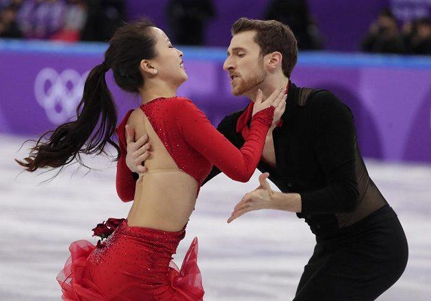 Tady to prakslo, sponka za krkem krasobruslařky nevydržela. Min Ju-ra a Alexander Gamelin z Koreje při krátkém tanci.