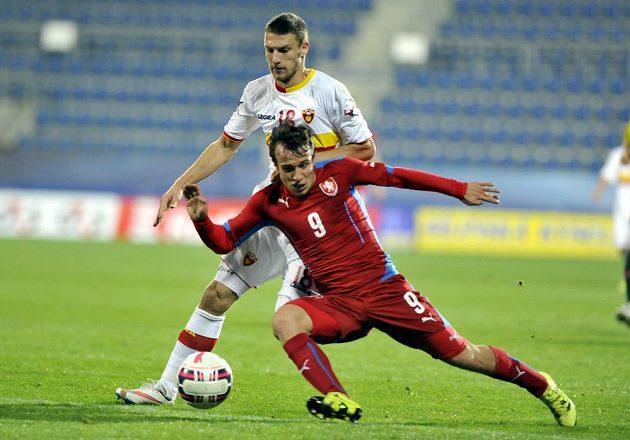 Jakub Fulnek (vpředu) v souboji s Mončilem Raspopovičem z Černé Hory v kvalifikaci ME 2017 hráčů do 21 let.