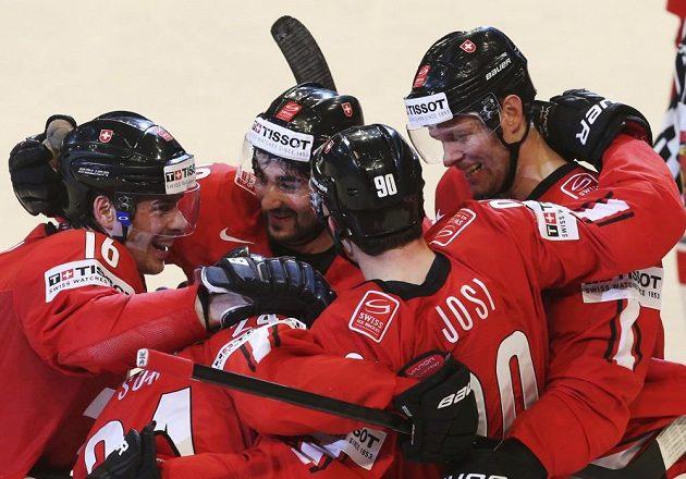 Švýcaři se radují z gólu do sítě české reprezentace.