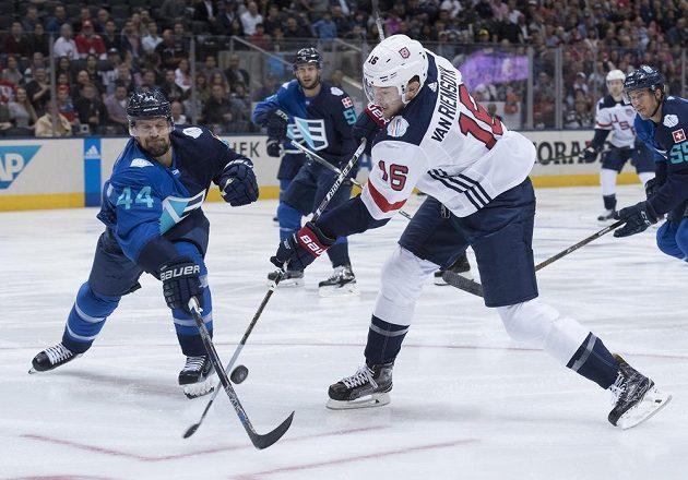 Útočník USA James Van Riemsdyk bojuje s Dennisem Seidenbergem z Výběru Evropy při Světovém poháru.