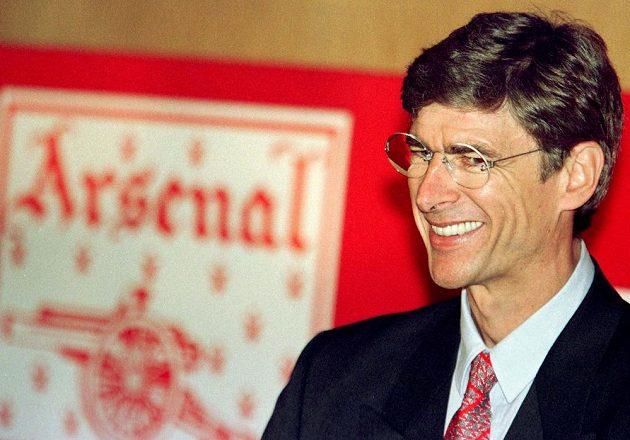 Usměvavý kouč Arséne Wenger poté, co v září 1996 podepsal smlouvu s Arsenalem.