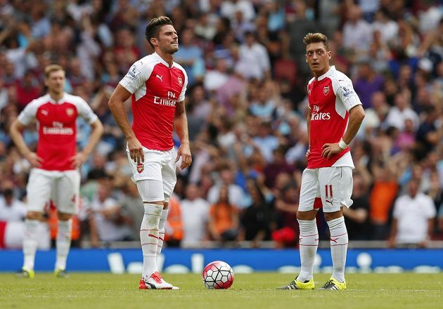 Fotbalisté Arsenalu Olivier Giroud a Mesut Özil po druhém gólu West Hamu.