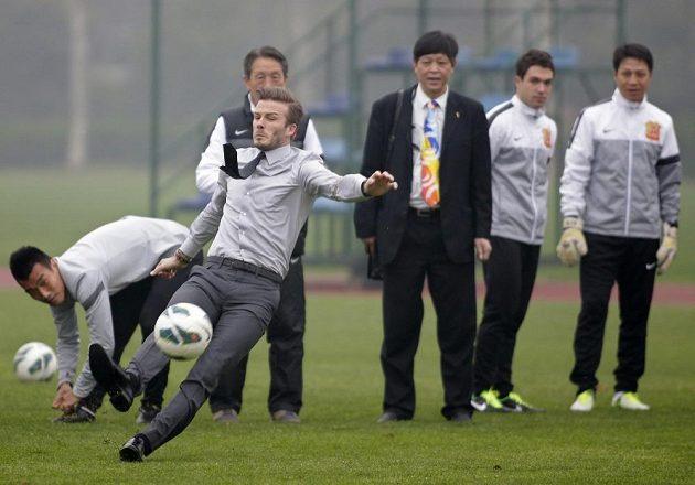 Ambasador v lakýrkách... David Beckham předvádí precizní přímý kop během své návštěvy Číny v březnu 2013.
