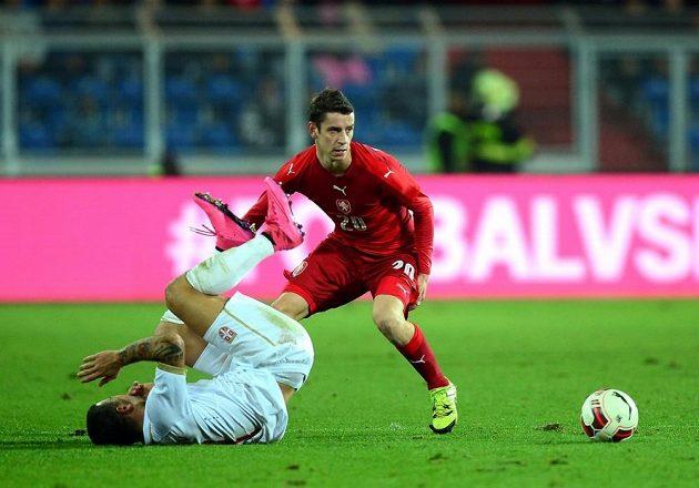 Český reprezentační záložník Ondřej Zahustel v souboji s jedním ze srbských hráčů během přípravného zápasu.