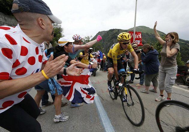 Lídr letošního ročníku cyklistické Tour de France Christopher Froome (ve žlutém trikotu) stoupá na vrchol Alpe-d´Huez.