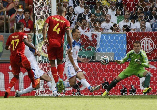 Belgický forvard Origi právě střílí rozhodující gól duelu s Ruskem.