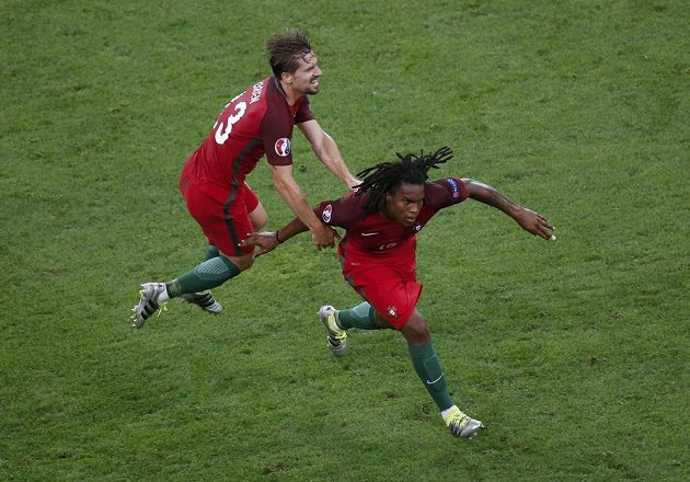 Renato Sanches (dole) z Portugalska se raduje z vyrovnávací branky proti Polsku.