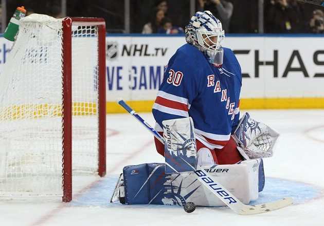 Gólman New York Rangers Henrik Lundqvist (30) v akci během utkání NHL.