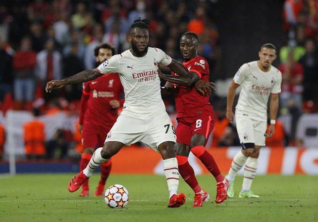 Franck Kessie z AC Milán bojuje o míč s liverpoolským Naby Keitou