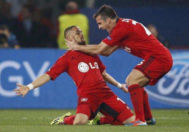 Sidney Sam z Leverkusenu (vlevo) slaví se spoluhráčem Giuliem Donatim gól na hřišti Paris St. Germain.