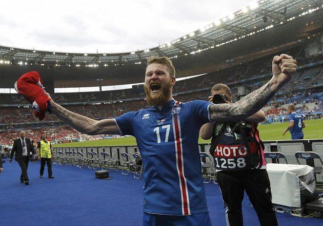 Aron Gunnarsson z Islandu se raduje z postupu do osmifinále ME.