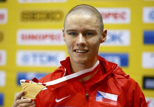 Pavel Maslák pózuje se zlatou medailí na halovém mistrovství světa v Sopotech.