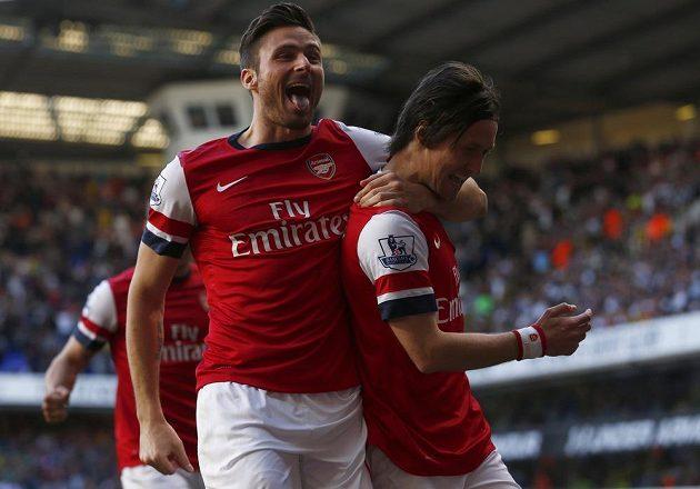 Olivier Giroud (vlevo) slaví společně se střelcem Tomášem Rosickým gól do sítě Tottenhamu.