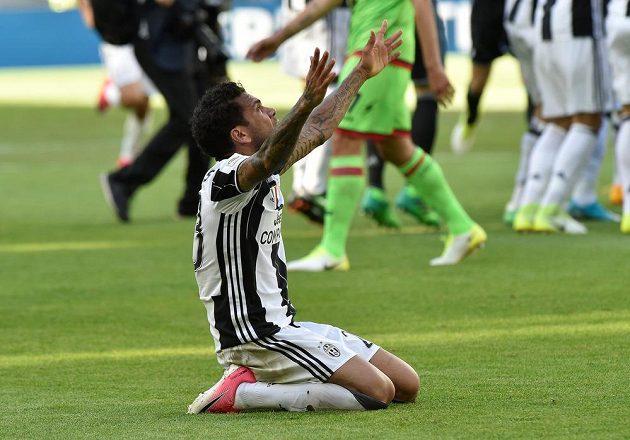 Dani Alves z Juventusu se raduje po zápase s Crotone a zisku titulu.