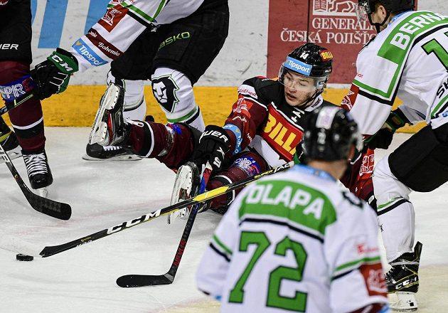 David Vitouch ze Sparty padá mezi hráči Boleslavi na led.