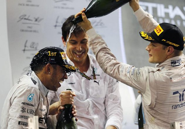 Vítěz Velké ceny Abú Zabí a mistr světa Lewis Hamilton (vlevo) z Británie s Finem Valtterim Bottasem, třetím v pořadí závěrečného závodu seriálu.