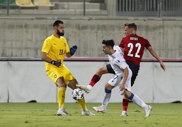 Kypřan Loizos Loizu (uprostřed) využil chyby brankáře Tomáše Koubka a nedůrazného bránění Filipa Nováka a v první půli přípravného utkání srovnal skóre na 1:1.