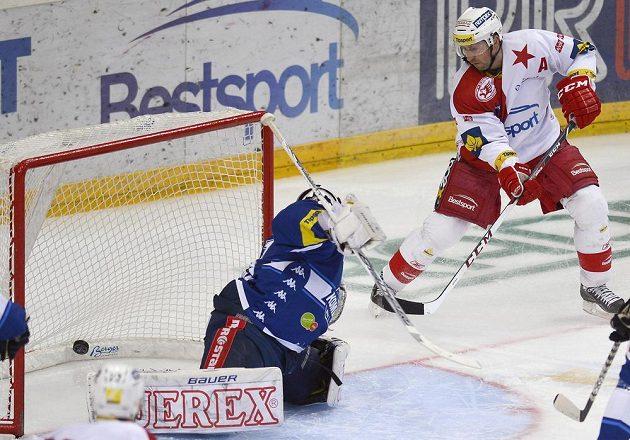 Jaroslav Bednář ze Slavie (vpravo) dává gól brněnskému brankáři Marku Čiliakovi.