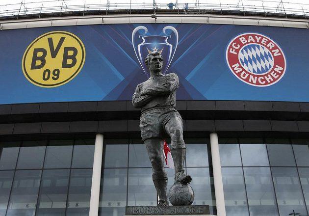 Socha legendárního anglického obránce Bobbyho Moorea před stadiónem ve Wembley.