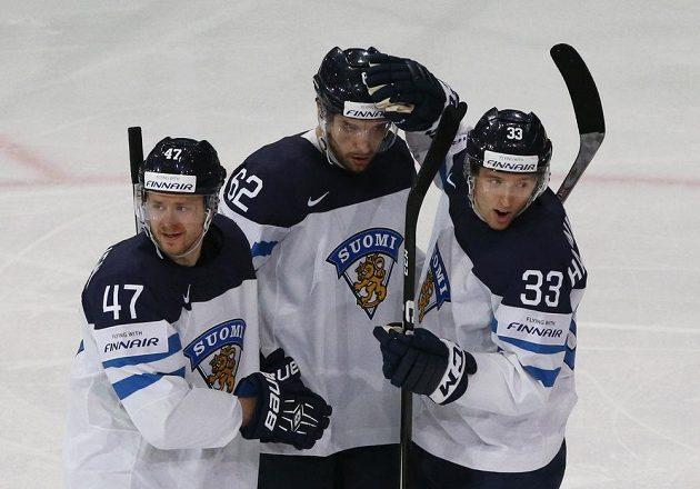 Finská radost na hokejovém MS 2017 během zápasu s Běloruskem. Oskar Osala (uprostřed) oslavuje gól se svými spoluhráči.