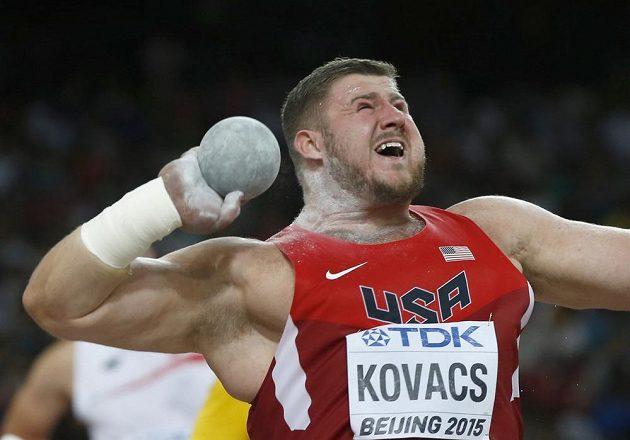 Americký koulař Joe Kovacs potvrdil v Pekingu roli favorita.